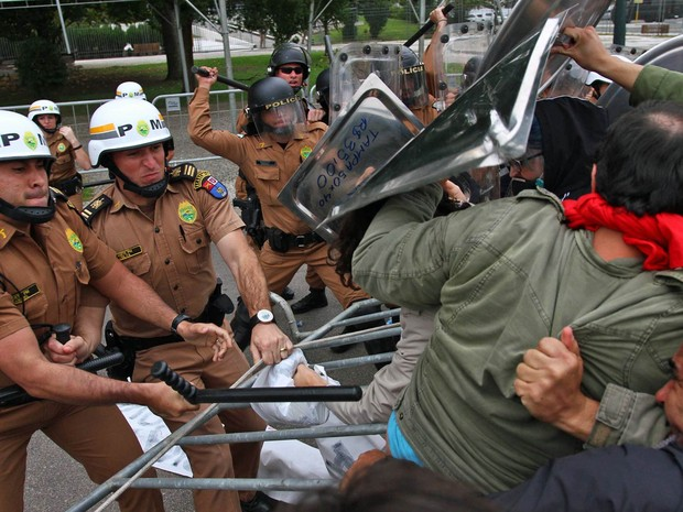 Policiais que faziam um cerco ao prédio da Assembleia Legislativa do Paraná (Alep) entram em confronto com manifestantes em Curitiba, durante protesto contra votação de projeto que promove mudanças na Previdência estadual (Foto: Paulo Lisboa/Brazil Photo Press/Estadão Conteúdo)