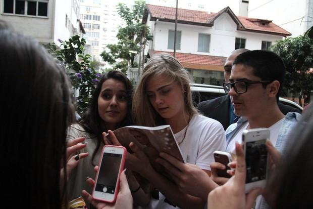 Cara Delevingne dá autógrafo (Foto: Henrique Oliveira/Fotorio News)