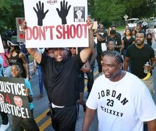 Manifestantes em protesto do Black Lives Matter   Stephen M. Dowell / AP