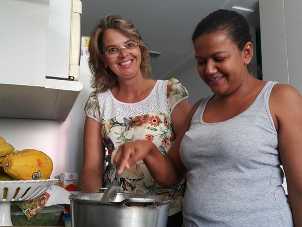 A empregada doméstica Francimara Barbosa, que se formou em pedagogia no DF, e a patroa, Edileusa Gomes (Foto: Raquel Morais/G1)