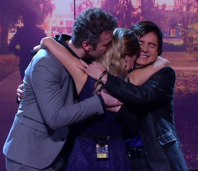 Abraço coletivo: Sandy mostra o carinho pela sua família (Foto: TV Globo)