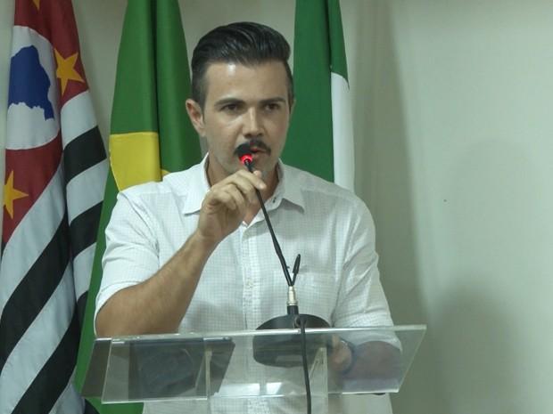 Prefeito de Bertioga, Caio Matheus, durante a sessão na Câmara Municipal (Foto: Armando Neto/Prefeitura de Bertioga)
