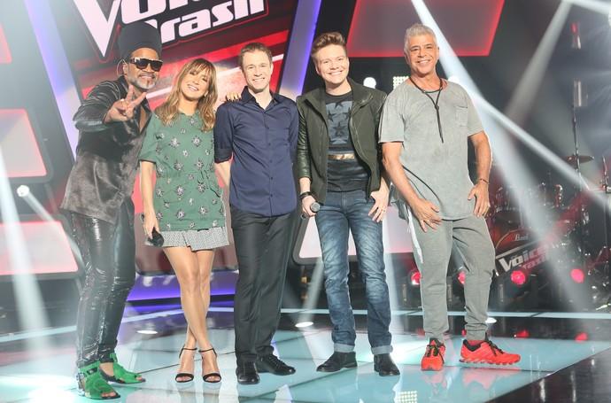 Técnicos e apresentador posam no palco do The Voice Brasil (Foto: Isabella Pinheiro/Gshow)