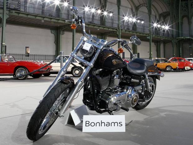 Harley-Davidson Dyna Super Glide que pertencia ao Papa Francisco foi leiloada nesta quinta-feira (6) (Foto: REUTERS/Benoit Tessier)