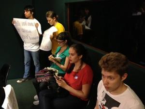 Manifestantes se posicionam contra projeto da cura gay na sessão da Comissão de Direitos Humanos que aprovou a proposta (Foto: Fabiano Costa/G1)