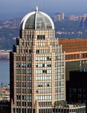 O topo do prédio em Manhattan cujos três últimos andares são ocupados pelo apartamento de US$ 100 milhões (Foto: AP)