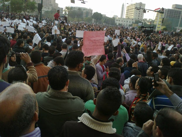 Protesto na emblemática Praça Tahrir, no Cairo, que virou um dos símbolos da luta contra Mubarak e da Primavera Árabe (Foto: AP)