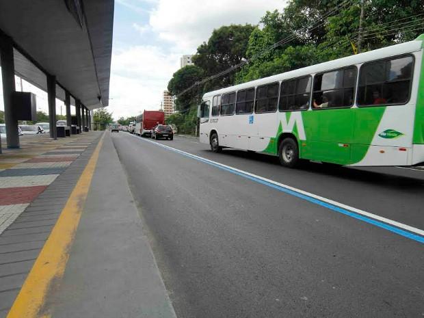 Corredor exclusivo para ônibus está sendo separado com linha azul (Foto: Divulgação/Semcom-Manaus)