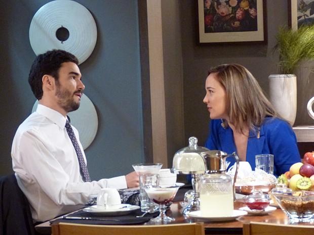 Amanda e José Pedro conversam no café da manhã (Foto: Império/TV Globo)