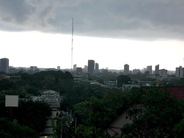 Linha de instabilidade que se deslocou no sentido Leste-Oeste e atingiu Manaus  (Foto: Adneison Severiano/G1 AM)