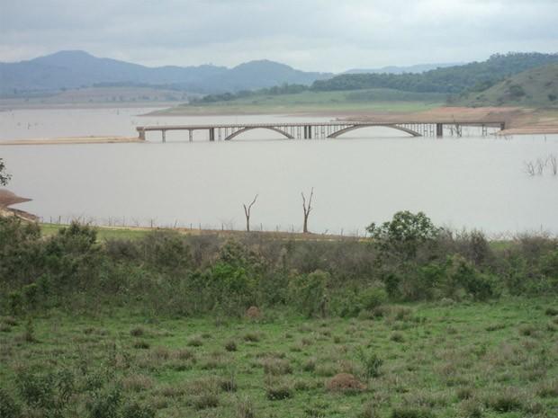 Ponte entre Boa Esperança e Campo Belo aparece com a queda do nível de Furnas. (Foto: Reprodução EPTV)