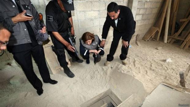 Agentes da Polícia Federal mexicana examinam a saída do túnel por onde Guzmán fugiu (Foto: Reuters)
