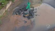 Tubulação de água é danificada por veículos e causa vazamento na rua Assis de Vasconcelos