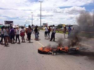 Pneus queimados durante manifestação na Estrutural, no DF (Foto: Lucas Salomão/G1)