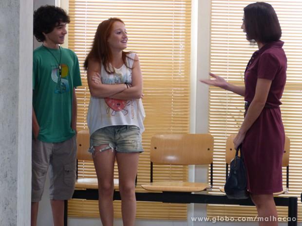 Giovana recebe um convite para se apresentar em festa infantil (Foto: Malhação / TV Globo)