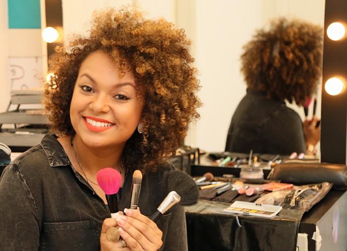 Por causa de problemas nas cordas vocais, Agnes também se tornou maquiadora profissional (Foto: Isabella Pinheiro/Gshow)