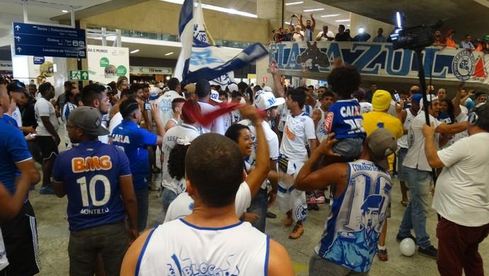 Torcida recepciona jogadores do Cruzeiro no Aeroporto de Confins após triunfo contra o Vitória (Foto: Luiz Martini/GloboEsporte.com)