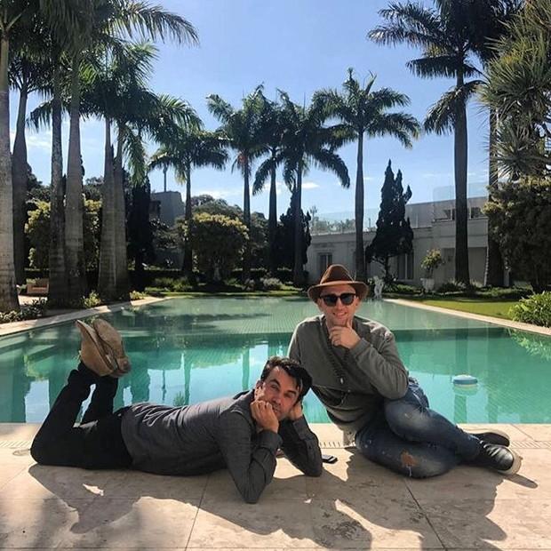 Paulo Gustavo, com o amigo Anderson Baumgartner, na mansão de Hebe Camargo (Foto: reprodução/instagram)