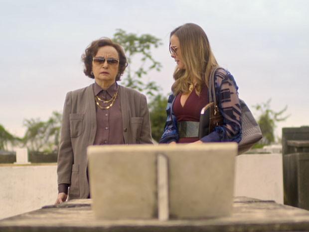 Carlota entrega diamantes para Odete desaparecer (Foto: TV Globo)