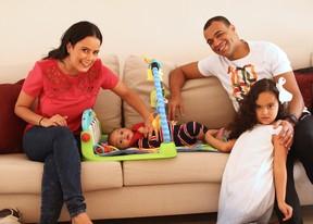 Denilson com os filhos (Foto: Iwi Onodera / Ego )