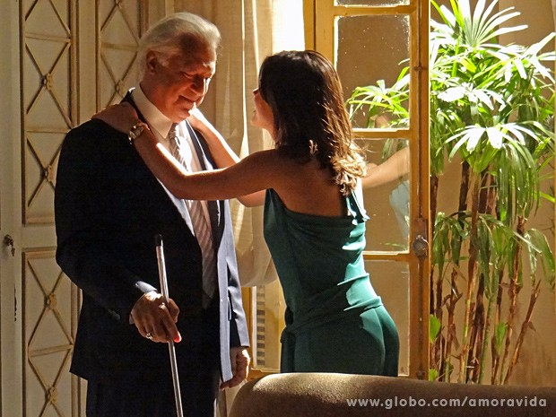 Aline ajeita César (Foto: Amor à Vida / TV Globo)