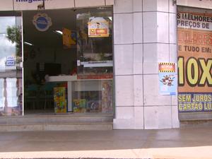 Loja em Santa Cruz das Palmeiras foi roubada na segunda (14) (Foto: Eder Ribeiro/EPTV)