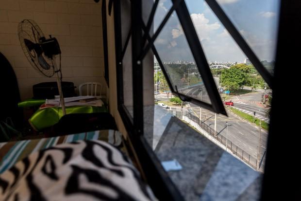 Do alojamento dos trabalhadores de Parintins, dentro do barracão, é possível ver o sambódromo do Anhembi (Foto: Marcelo Brandt/G1)