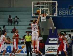 Léo basquete Uberlândia (Foto: Raphael Oliveira/EAZ)