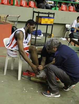 Ryan Bacon foi atendido fora de quadra (Foto: Thiago Fidelix / Globoesporte.com)