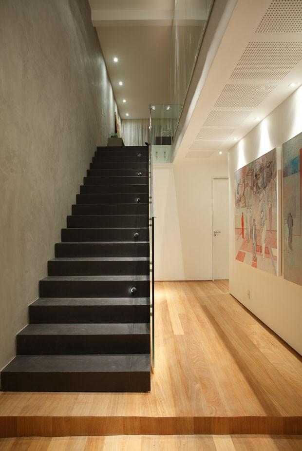 Apartamento de quatro andares tem piscina no último e vista para o mar (Foto: Denilson Machado/MCA Estúdio)
