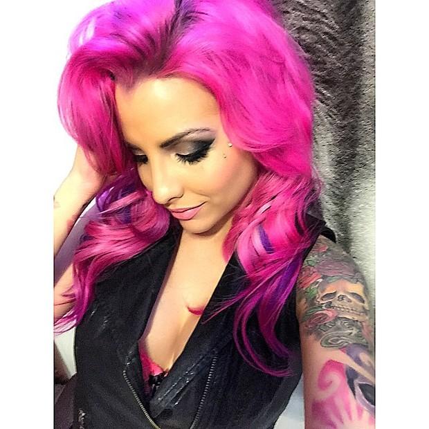 Ex-BBB Clara pinta o cabelo de rosa (Foto: Instagram/ Reprodução)