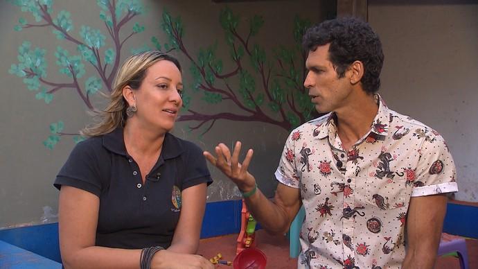 Jackson Costa bate um papo com a pedagoga Mariana Ferreira (Foto: TV Bahia)