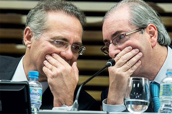 SUSSURROS Renan Calheiros e Eduardo Cunha, em São Paulo. Os dois batem em Dilma Rousseff em público, mas não querem  derrubá-la (Foto: Marlene Bergamo/Folhapress)