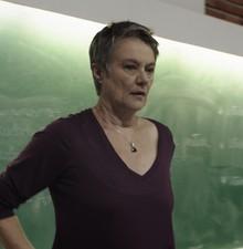 Selma Egrei intepreta professora em Felizes (Foto: Divulgação / TV Globo)