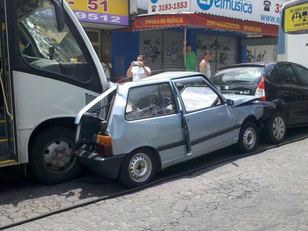 Engavetamento na Rua Comandante Rubens Silva quase esquina com Estrada dos Três Rios (Foto: Júlio Lopes / Arquivo pessoal)
