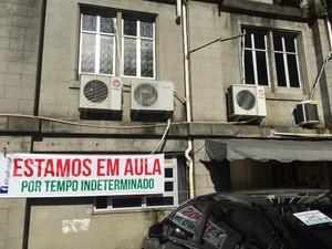 Professor reclama que movimento grevista estaria removendo faixas (Foto: Reprodução/ Facebook)
