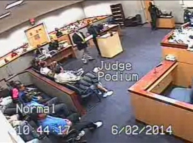 Após a briga, juiz voltou para o banco e disse que precisava de um momento para recuperar o fôlego. (Foto: BBC)