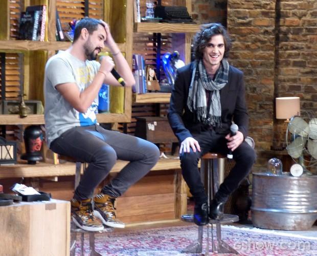 Maurício Cid e Fiuk debatem no palco do Na Moral (Foto: Na Moral / TV Globo)