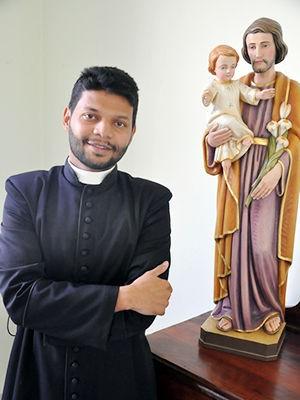 Seminarista Edevando está no 6º ano de Teologia e tem 29 anos. (Foto: Denise Soares/G1)