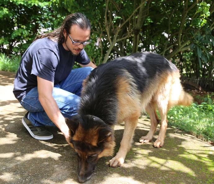 Tamiel faz carinho em seu cachorro Bolt de 4 anos (Foto: Gabriella Dias/Gshow)