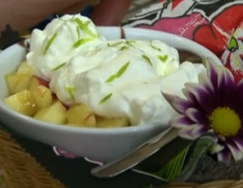 Salada de frutas com cobertura de ganache e chantilly
