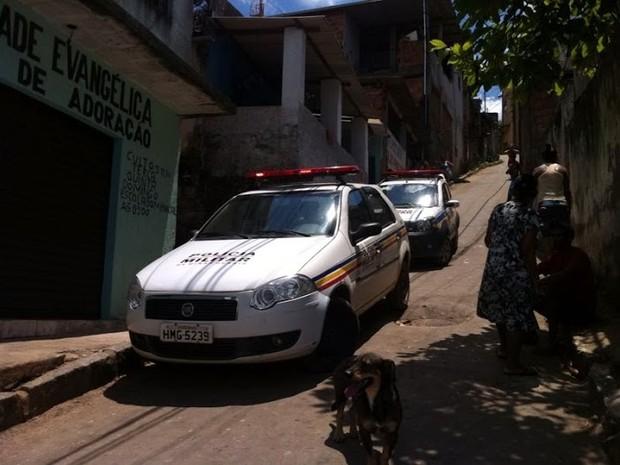 Polícia investiga assassinato no Morro do Carmo, em Coronel Fabriciano. (Foto: Patrícia Belo / G1)
