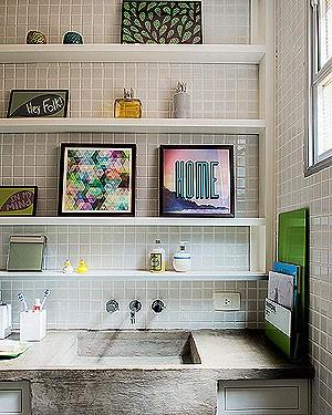 Com muitas cores a arquiteta Kika Camasmie projetou esse banheiro cheio de pequenos quadros (Foto: Marcelo Magnani/Editora Globo)