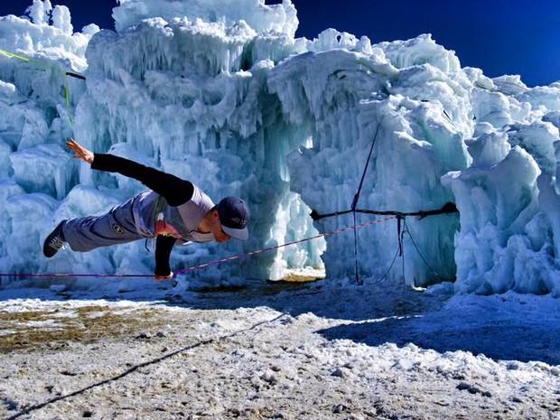 Com a corda molhada e o reflexo das luzes na neve: os desafios de praticar slackline no gelo (Foto: Reproduo/Facebook)