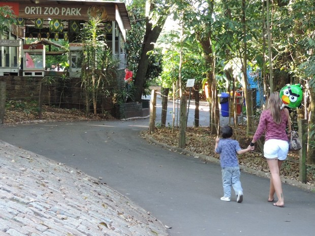 Famílias aproveitam o lazer para adquirir conhecimento no Zoo de Bauru (Foto: Alan Schneider/G1)