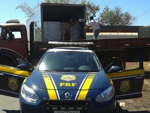 Caminhão foi autuado com 7.480 quilos de excesso de peso (Foto: Divulgação/PRF-TO)