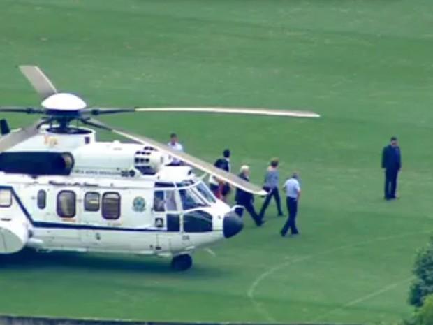 Helicóptero com a presidente Dilma Rousseff pousa em campo de futebol em São Bernardo do Campo, no ABC (Foto: Reprodução TV Globo)
