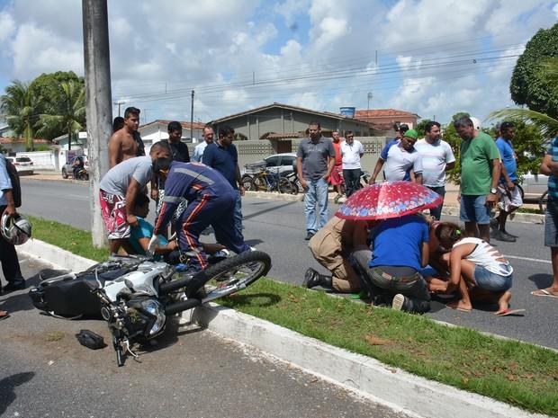 Motociclista e criança foram atendidos pelo Samu, no Castelo Branco em João Pessoa (Foto: Walter Paparazzo/G1)