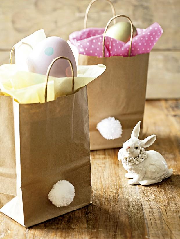 Com um pompom, a sacola vira cesta de caça aos ovos. Coelho D. Filipa, ovo rosa Villa Pano  (Foto: Elisa Correa/Editora Globo)