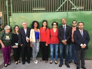 Comitiva de Direitos Humanos foi proibida de entrar no presídio de Caruaru (Foto: Divulgação/Assessoria)